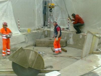 6 estrazione blocco di cemento tagliato con il filo diamantato