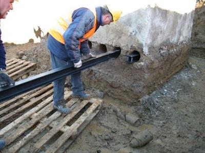 3 posizionamento putrelle di sostegno del reperto archeologico