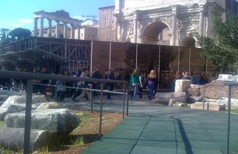 13 Pubblico visita la basilica giulia
