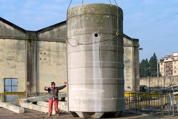 10) Abbassamento al piano del primo serbatoio del peso di 20 tonnellate