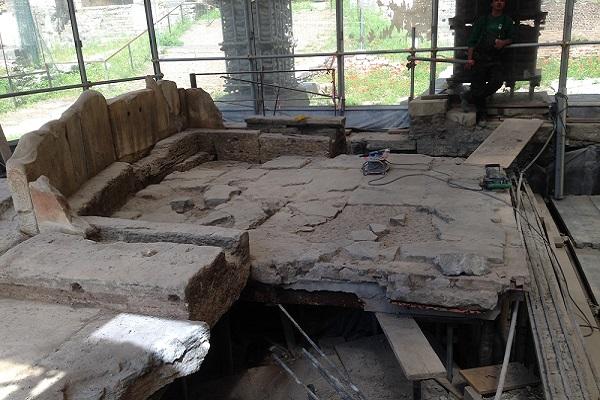 Lapis Niger liberato dal cemento 600 x 400